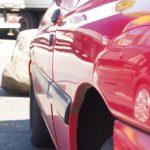 roter Ford Escort seitliche Aufnahme der Flucht
