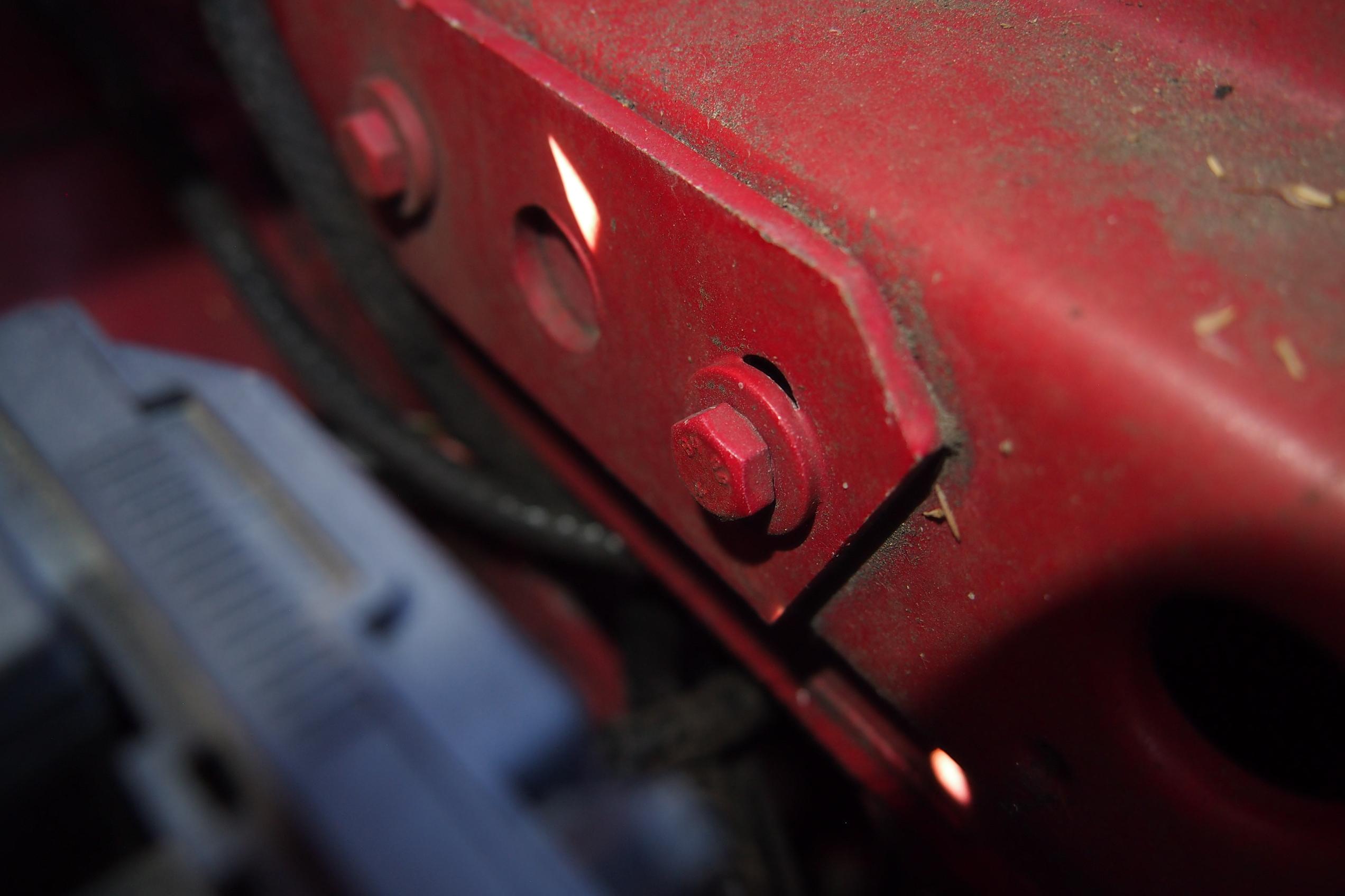 Schraube der Motorhaubenbefestigung