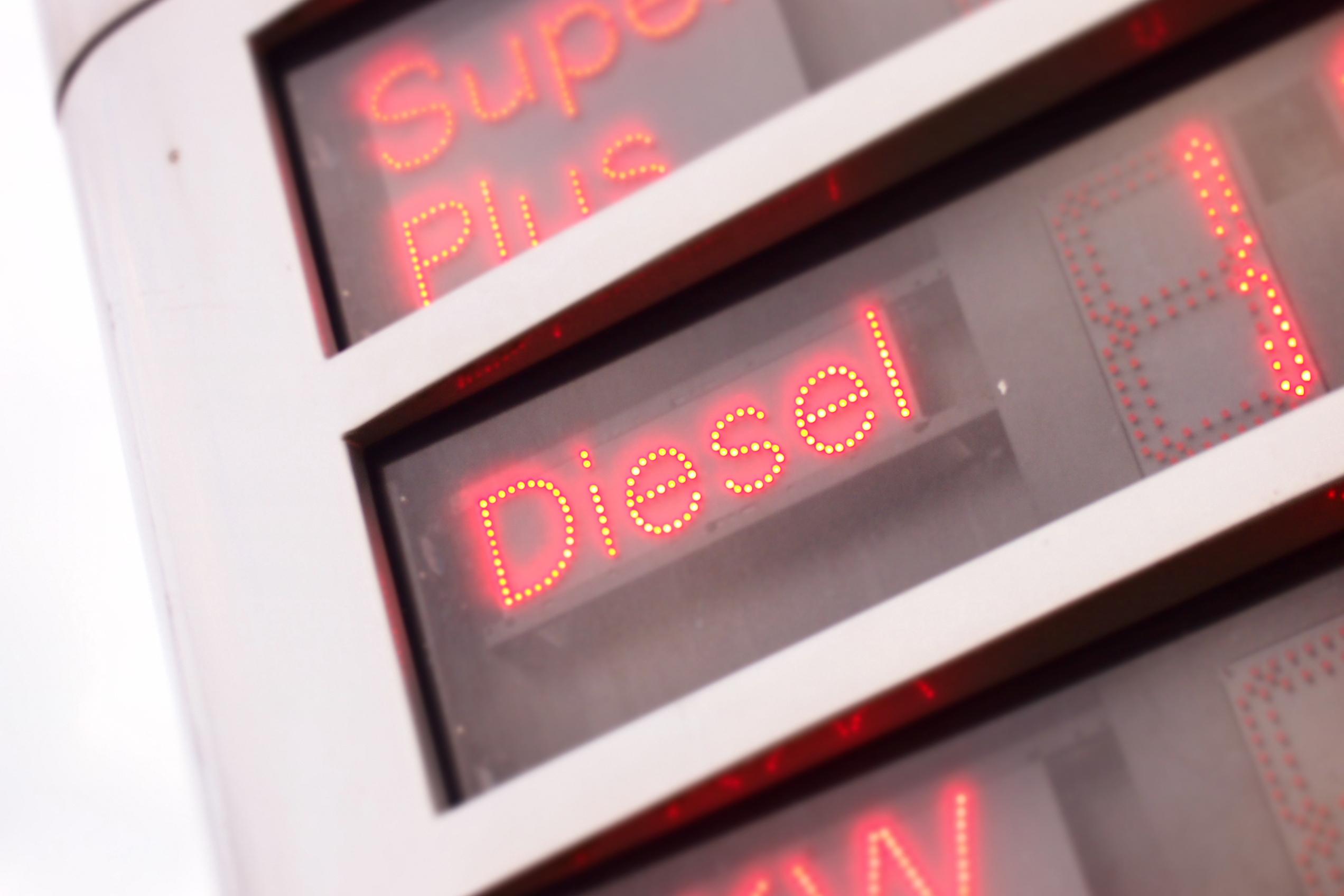 Schriftzug Diesel an Tankstelle