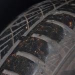 Profil eines VW-Up-Ganzjahresreifen in Großaufnahme