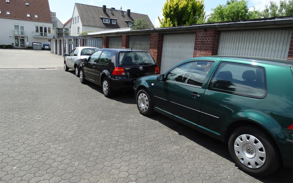 VW Golfs auf dem Hof in Porz-Westhoven
